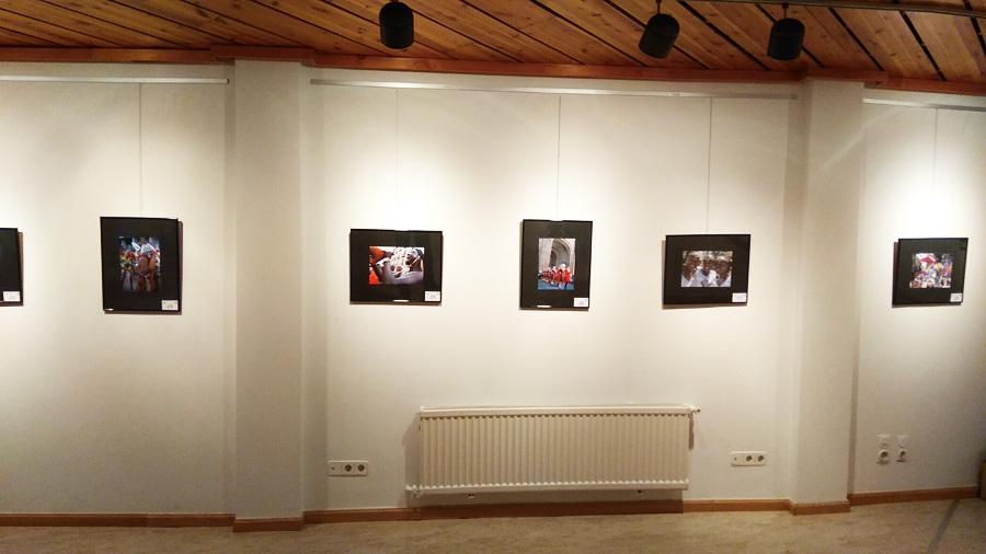"""La exposición está compuesta por cuarenta fotografías seleccionadas entre las presentadas al Concurso de fotografía """"Festival Folklórico de los Pirineos"""" que, organizado por el Ayuntamiento de Jaca con la colaboración del Círculo Fotográfico de Jaca, se convocó dentro del programa de actividades de la 49 edición del Festival Folklórico de los Pirineos, el pasado mes de agosto."""