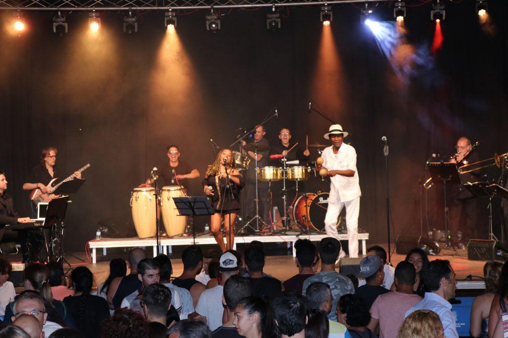 """La actuación de """"Salsagoza Latin Band"""", el pasado sábado en Jaca, sirvió como avance y """"aperitivo"""" del Festival Folklórico de los Pirineos y sus conciertos de """"Lunas del Mundo"""". La 50 edición del certamen se celebrará del 31 de julio al 4 de agosto de 2019."""