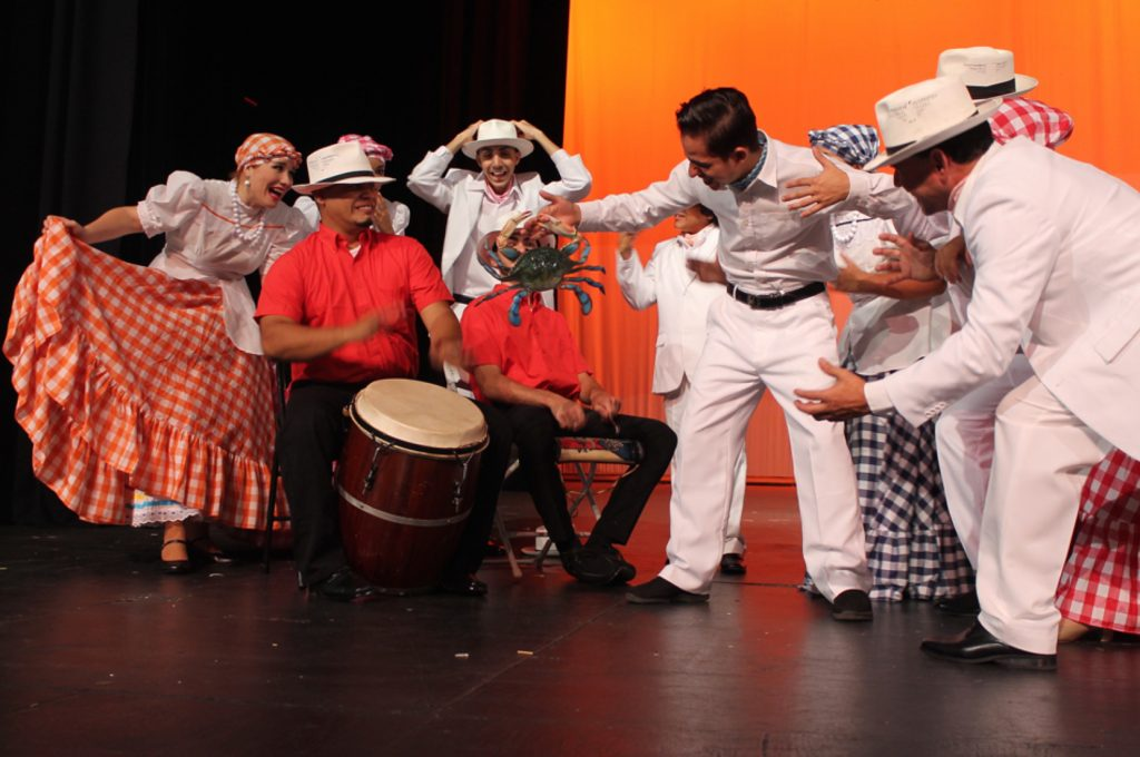 Color, ritmo y diversidad en la calle para celebrar la 50 edición del Festival Folklórico de los Pirineos