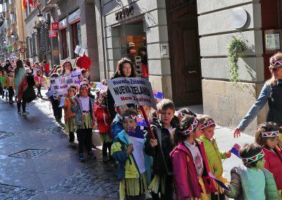 El Festival Folklórico de los Pirineos es el protagonista de la semana cultural del CEIP Monte Oroel de Jaca, que se desarrolla hasta este viernes en el centro jaqués y que hoy ha llevado a los más de 230 alumnos del centro a trasladar la música y folklore de los países participantes a las calles y plazas de la ciudad.