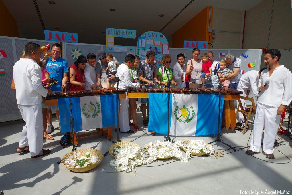 Los talleres, que se pusieron en marcha para que, desde pequeños, los niños sientan como suyo el espíritu del Festival, permiten el contacto directo con los músicos y bailarines que les muestran sus sus dances e instrumentos, y bailan con ellos enseñándoles su folklore y costumbres.