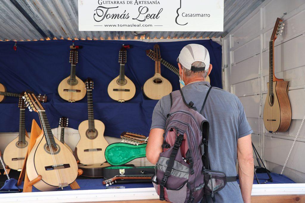 """El Festival busca los orígenes del folklore también en los instrumentos, que serán los protagonistas de la """"Feria de luthiers"""" que ha comenzado esta tarde y que reúne artesanos de todo el país que, hasta el próximo domingo, mostrarán su oficio e instrumentos en la Plaza Biscós."""