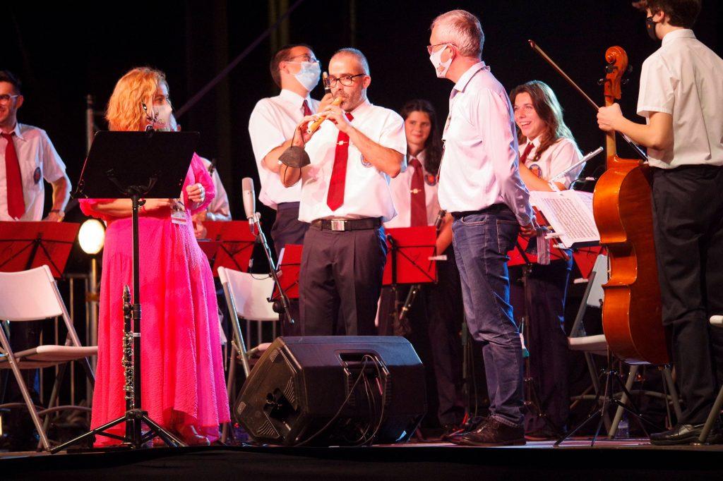 Al finalizar el concierto, el Ayuntamiento de Jaca hizo entrega al director de la Banda del recuerdo que esta 51 edición del Festival está ofreciendo a todos los grupos asistentes, una flauta artesanal pirograbada. Una sencilla y simbólica muestra de agradecimiento por su participación.